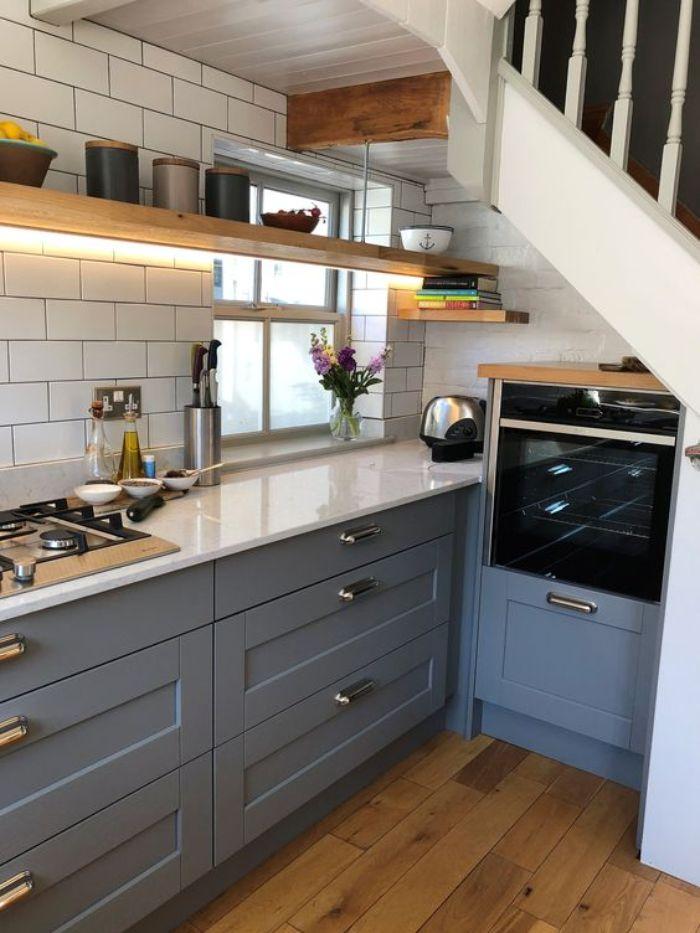 amenagement sous pente de petite cuisine grise avec plan de travail blanc étagères de bois ouvertes design campagne chic