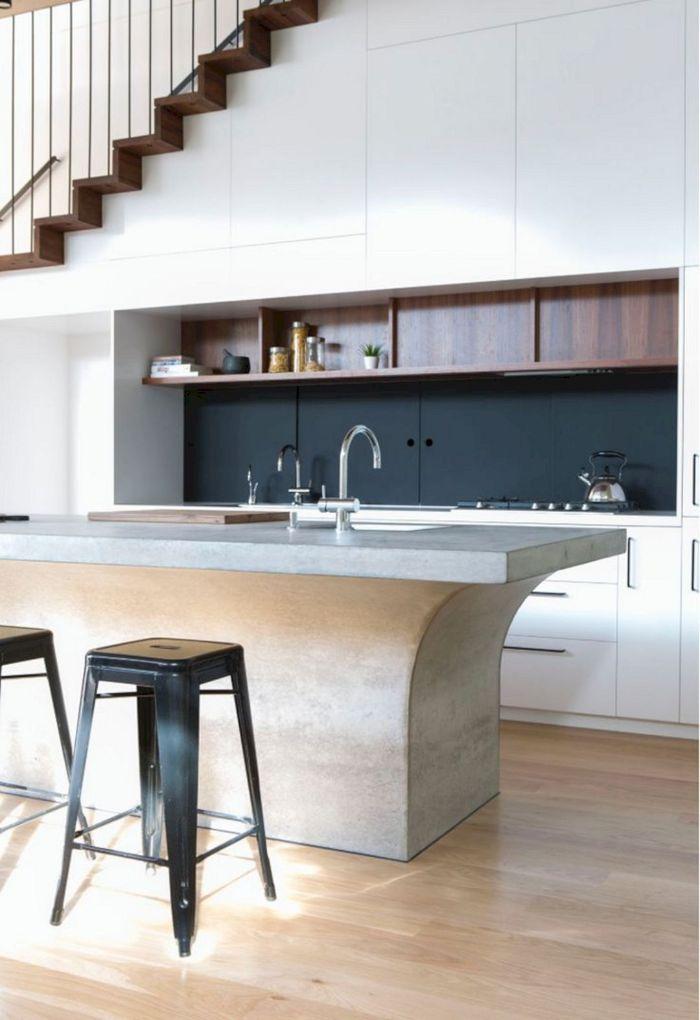 amenagement sous pente meuble blanc credence gris anthracite ilot central effet béton étagères hautes bois