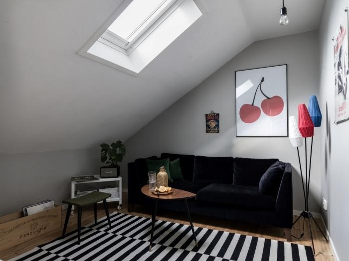 amenagement sous pente tapis motifs rayures blanc et noir canapé velours noir art mural