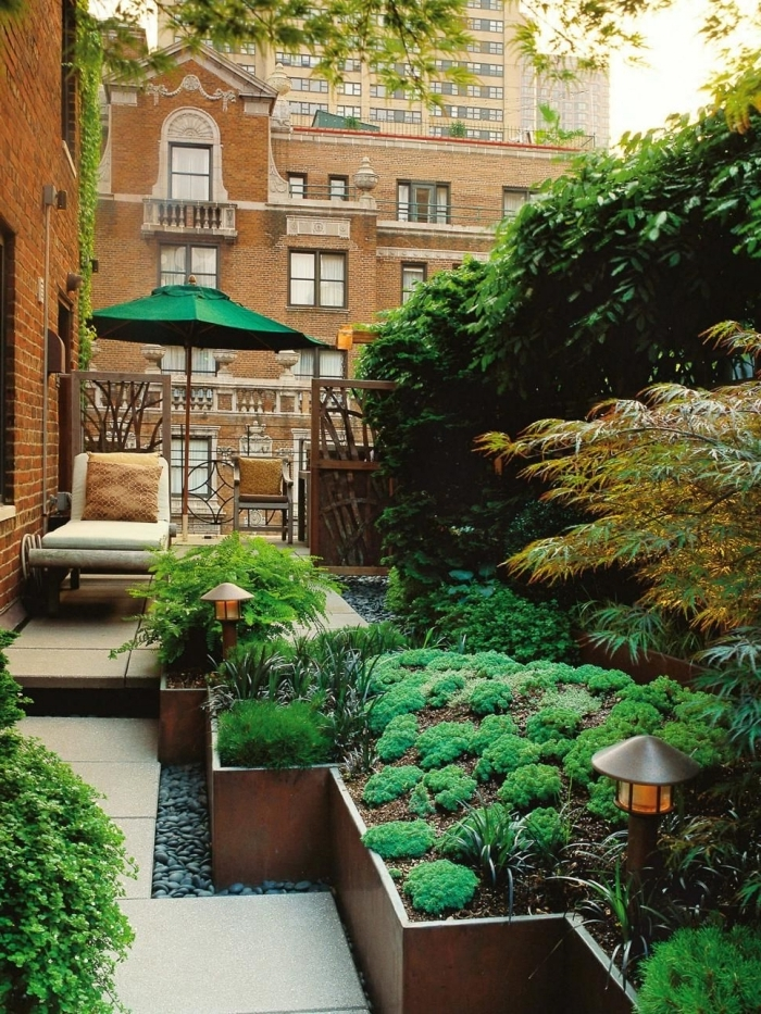 amenagement terrasse jardin revetement sol dalles galets lanterne solaire parasol chaise longue