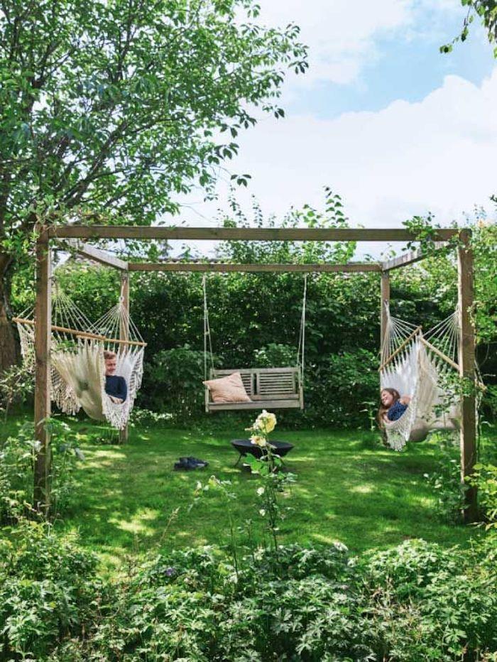 astuce deco jardin recup une idée de suspendre des hammcks a aide d une construction en bois
