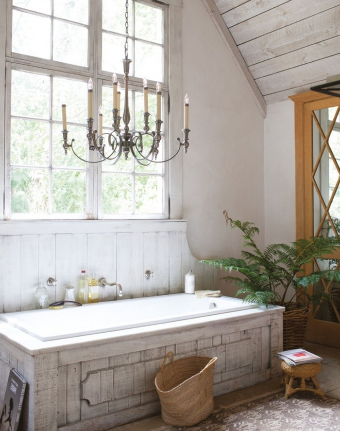 baignoire revetement bois blanchi rangement sac tressé tabouret fibre végétale style campagne chic