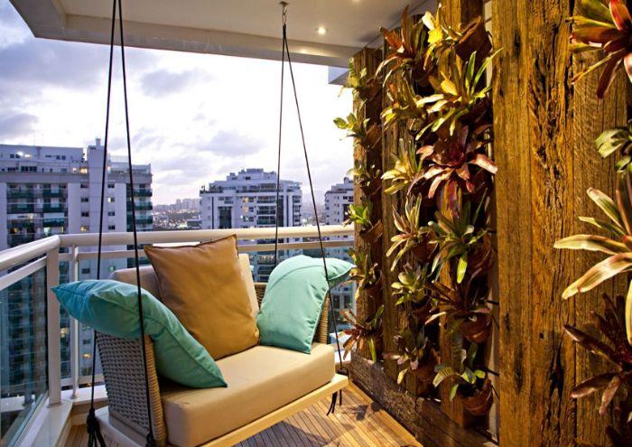 balançoire suspendue et mur végéta de poutres en bois avec des plantes dans les interstices revetement terrasse bois