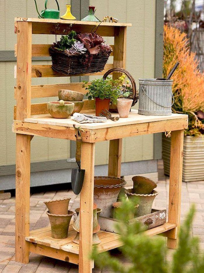 banc d empotage en bois chargé de pot a fleurs et outils astuce jardinage potager