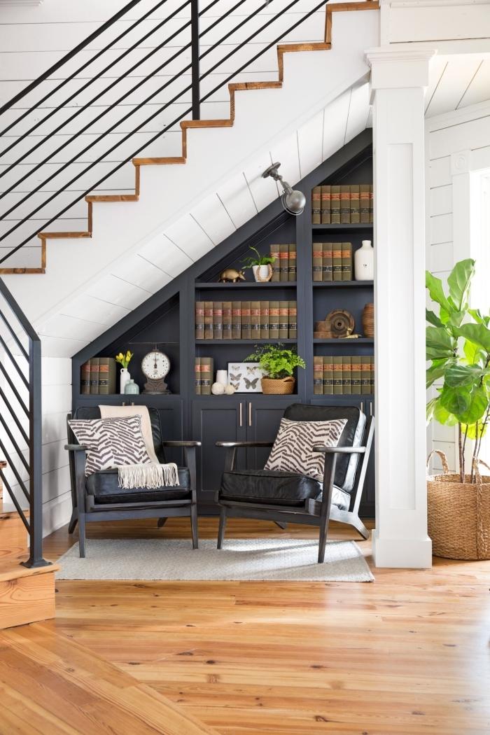 bibliothèque sous escalier décoration meuble rangement ouvert gris anthracite sol revetement parquet