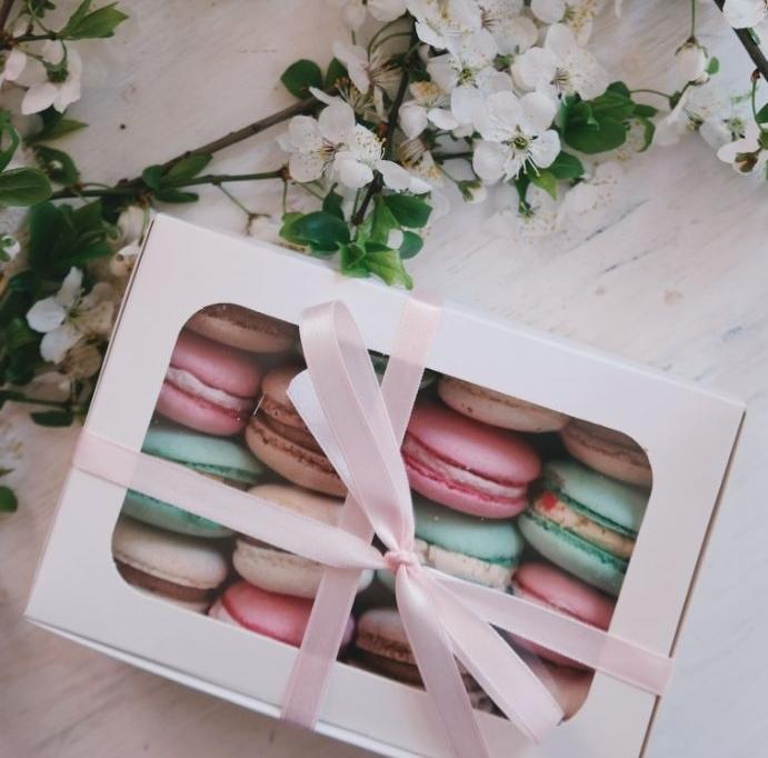 boite de macarons aux couleurs pastel et gouts variés branches fleuries blanches cadeau fete des meres original coffret gourmand.jfif