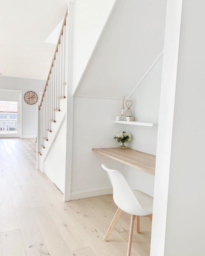 bureau sous escalier design style minimaliste bureau bois clair étagère suspendue bois blanc vase roses