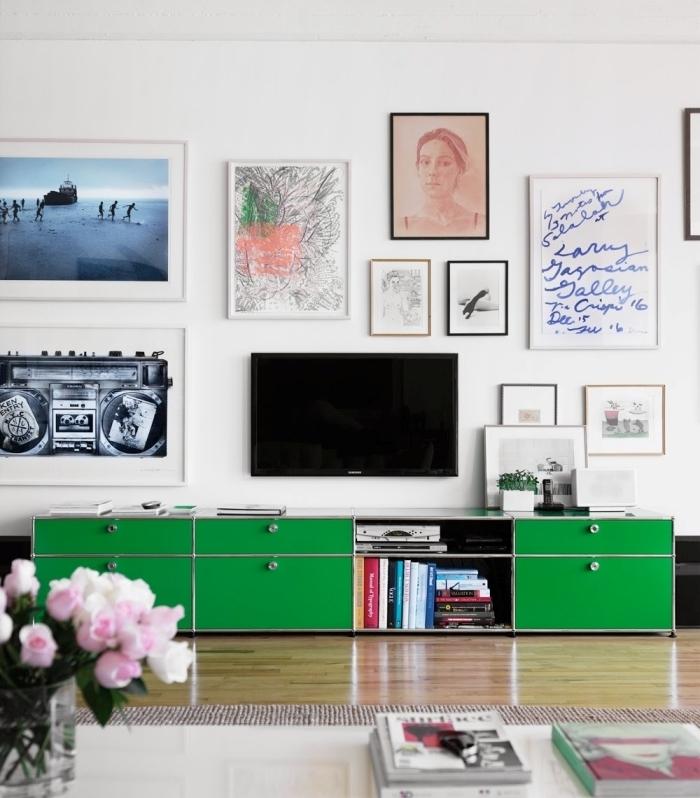 cache cable tv derriere le mur décoration murale avec photographies poster cadres photo meuble vert