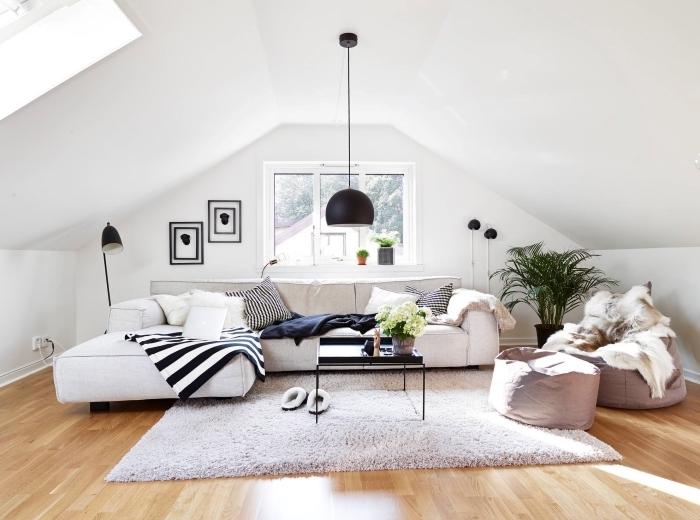 canapé d angle beige lampe suspendue noir mat amenagement grenier coussins décoratifs pouf