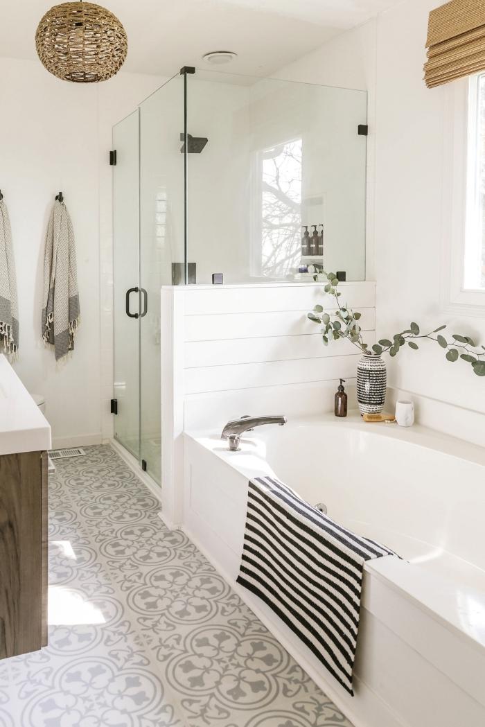 carreau salle de bain deco maison campagne bagnoire et cabine douche stores bambou vase blanc et noir