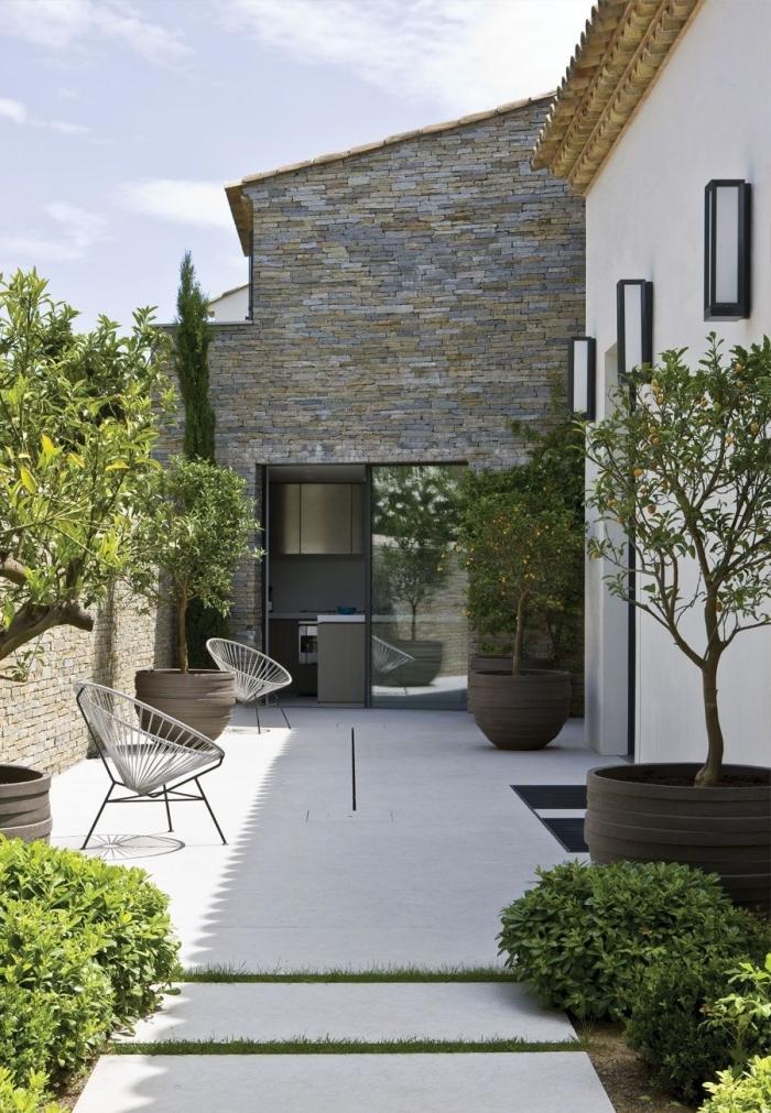 chaise extérieur revetemet de sol dalles blanches decoration exterieur jardin moderne façage pierre