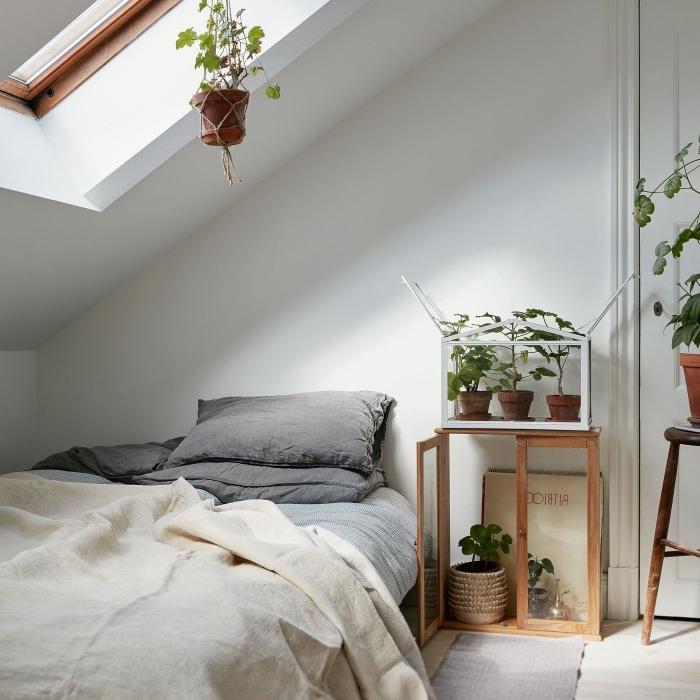 chambre comble cocooning décoration suspension plante macramé terrarium plante linge de lit gris mat