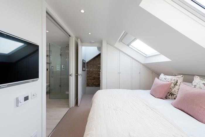 chambre comble moderne petit espace fenetre de toit éclairage spots led plancher stratifié
