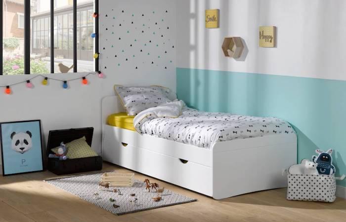 chambre d enfant garcons murs en blanc et bleu ciel petit tapis sol en parquet