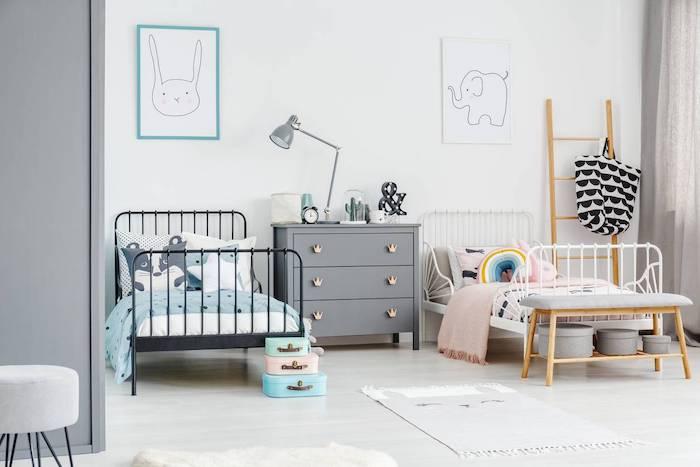 chambre d enfant mis tapis gris clair lit en fer forgé blanc et noir