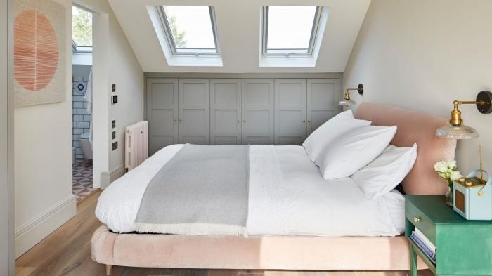 chambre sous pente petit espace garde robe placard portes armoires gris lit cadre velours rose pastel