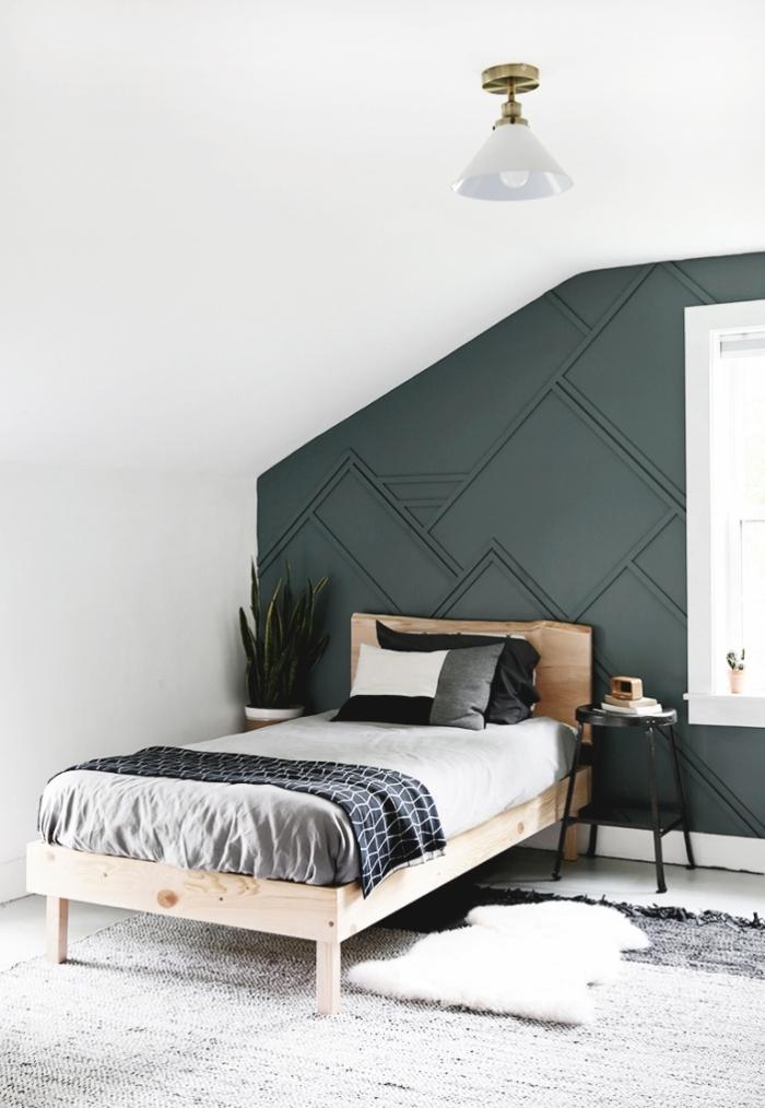 chambre sous pente quel mur peindre revetement mural panneaux peinture vert de gris foncé tête de lit bois