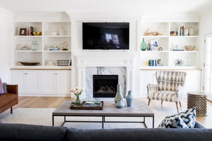 cheminée décorative marbre rangement ouvert étagères blanches cache cable tv derrière mur