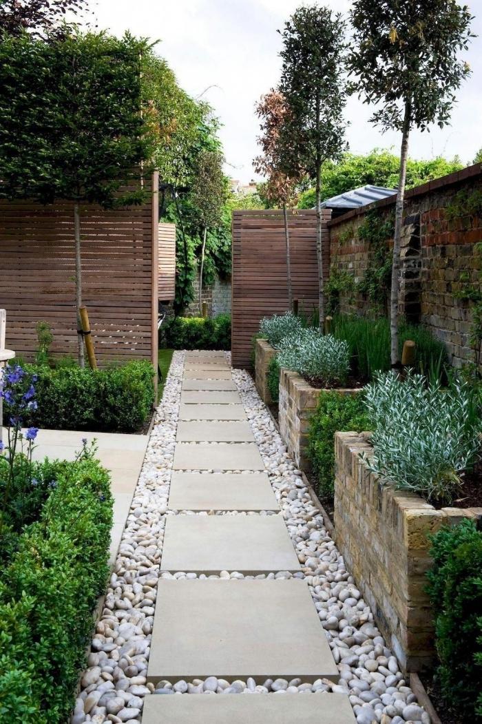 chemin galets blancs dalles beige menagement exterieur jardin cloture bois mur en briques