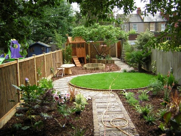 chemin galets blancs pierres aménager son jardin gazon jardin forme ronde cloture bois plantes vertes