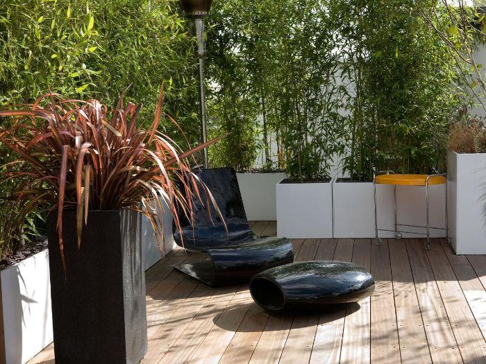 choisir un brise vue terrasse de bambou planté dans jardinière blanche beton revetement sol planches bois composite