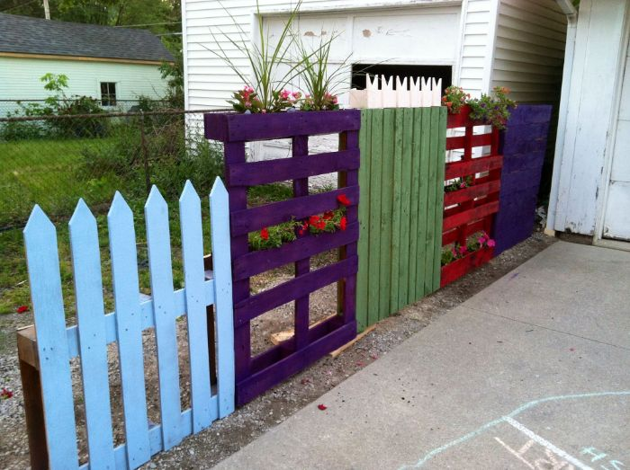 cloture en palette recyclée et peinte avec des pots de fleurs intégrés planches et vieille palissade recup