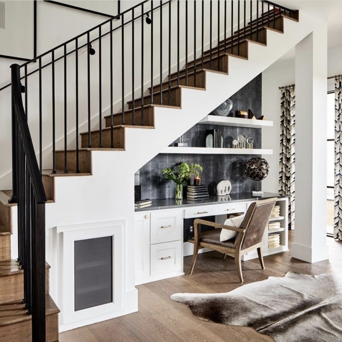 coin bureau domicile dans entrée etagere sous escalier blanche bureau integré plan de travail gris anthracite