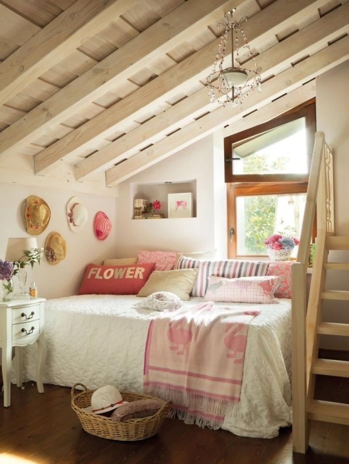 comble aménageable idée petite chambre enfant sous pente plafond poutres bois blanc panier tressé