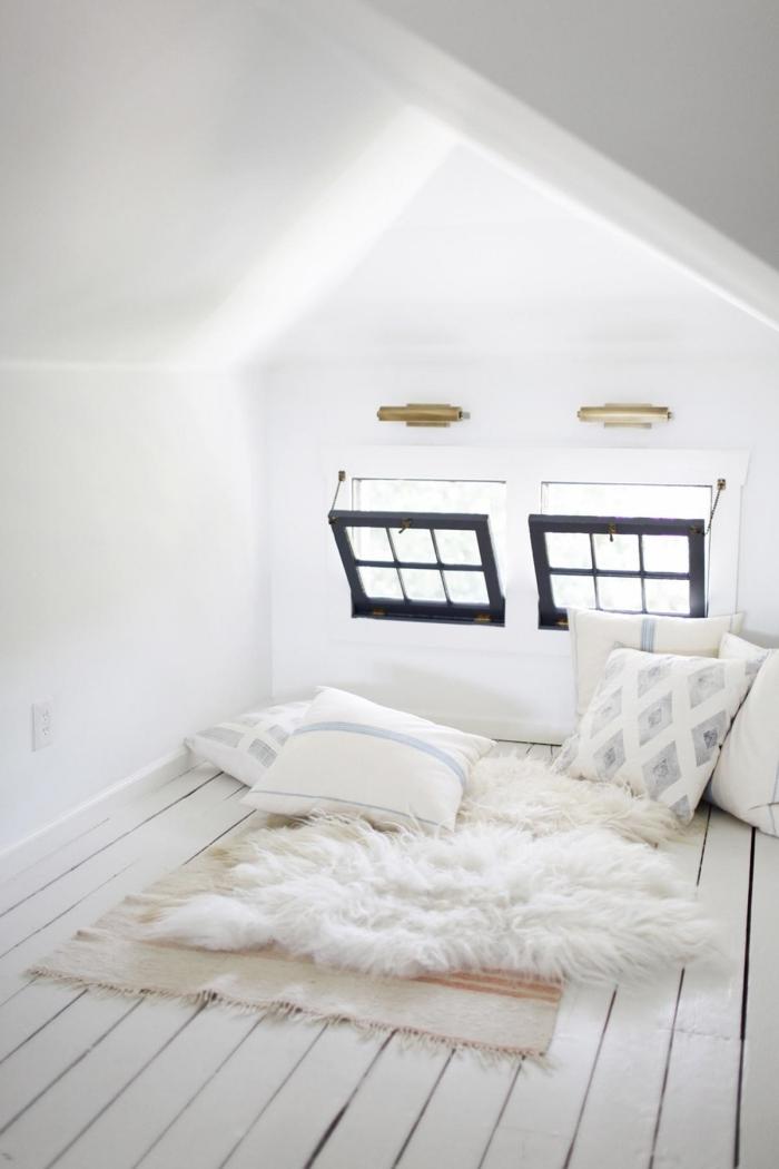 combles aménagés fenetre de toit coussins par terre coin repos décoration cocooning tapis frange
