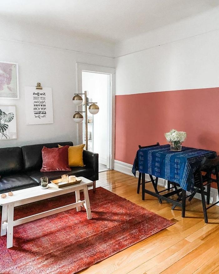 comment agrandir une piece avec 2 couleurs décoration salon motifs ethniques mur de cadres canapé cuir noir