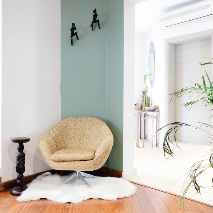 comment agrandir une piece avec peinture pan de mur couleur vert pastel fauteuil cuir beige