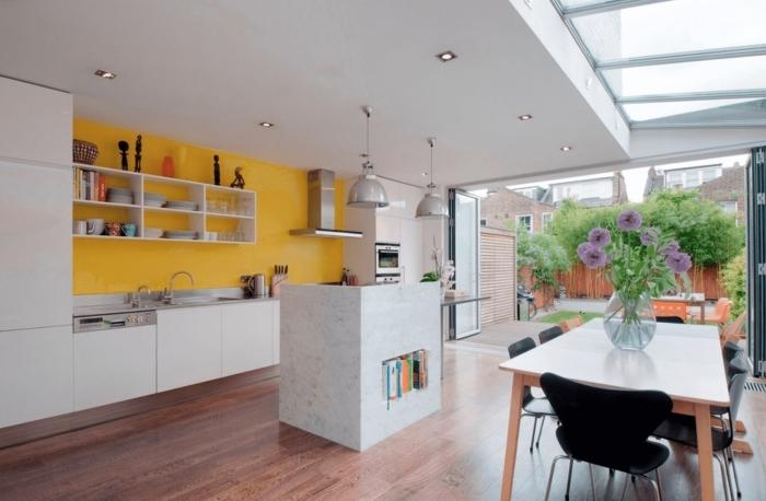 comment agrandir une piece crédence jaune tendance couleur cuisine ouverte îlot marbre spots led