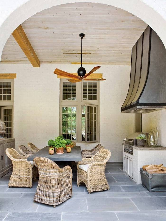 comment aménager une veranda pour salle a manger avec des meubles en rtoin ert un ventialteur au plafond