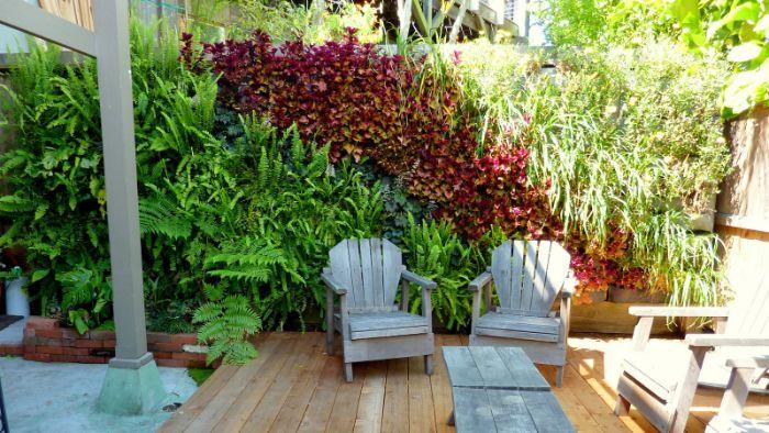 comment amenager une terrasse en bois avec salon de jardin bois et brise vue vegetal feuilllages couleurs variées