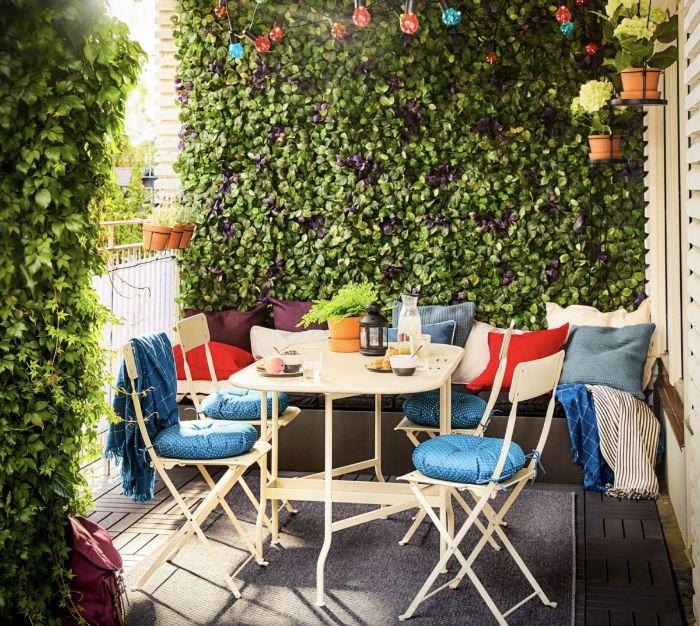 comment decorer un balcon idée de mur végétal extérieur lierre feuillages banc décoré de coussins table et chaises en metal