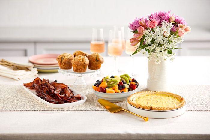 comment faire un repas pour la fete de mere un quiche et un bouquet de fleurs sur la table