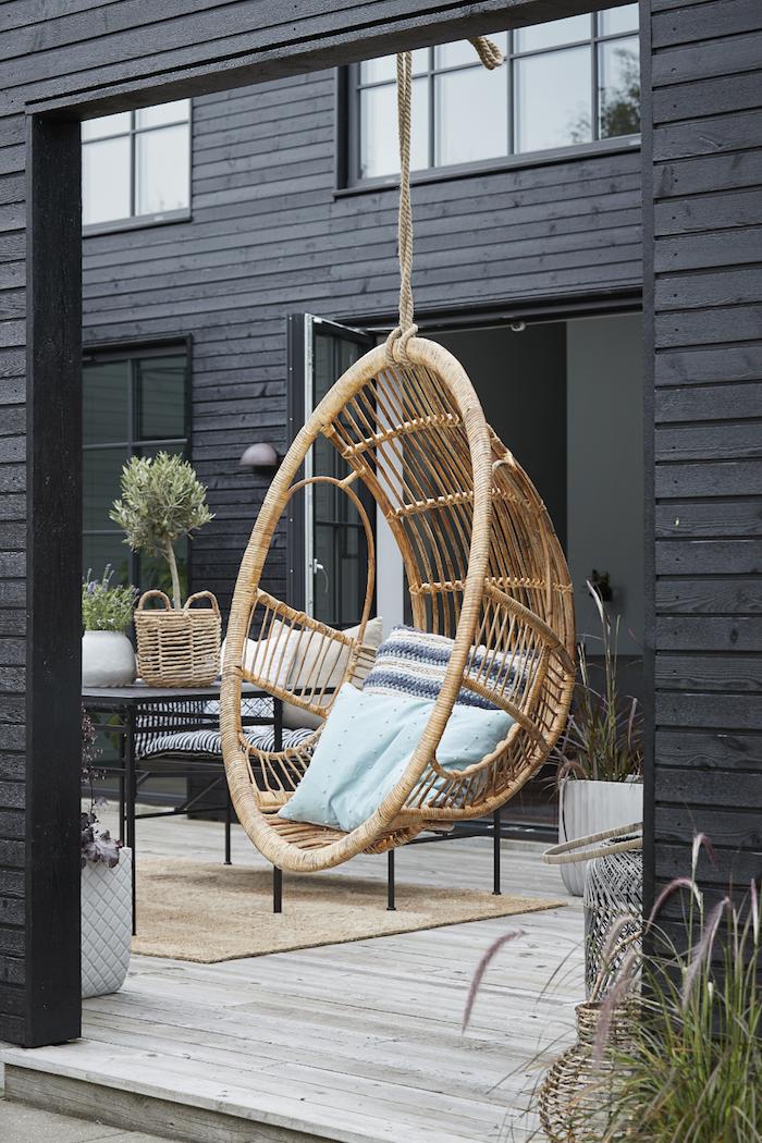 comment peindre bambou une chiase suspendu ronde devant une maison teint en noir jpg