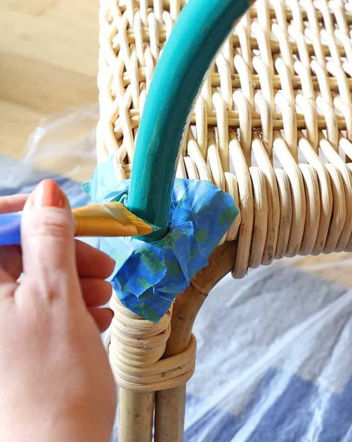 comment peindre un meuble en rotin poser de la peinture turquoise avec des pinceaux