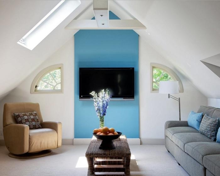 comment peindre un pan de mur couleur bleue aménagement de combles fauteuil cuir beige