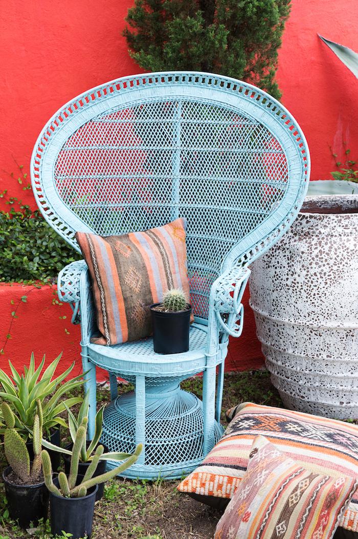comment renover un fauteuil en rotin style vintage avec de peinture des pot a fleurs avec cactus q coté