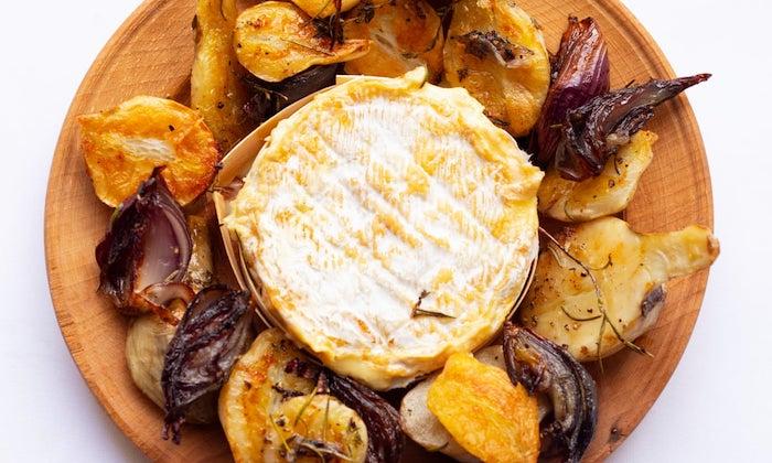 comment servir camembert roti sur un plateau en bois avec des fruits et legumes grillées
