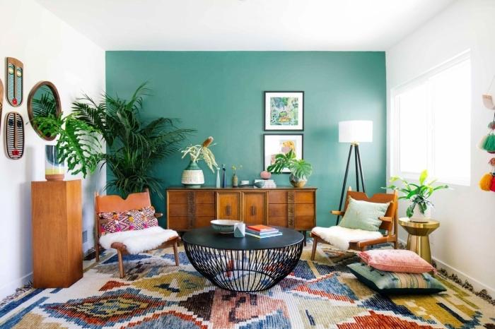 couleur mur salon style bohème peinture turquoise meubles en bois table ronde noire palmier d interieur