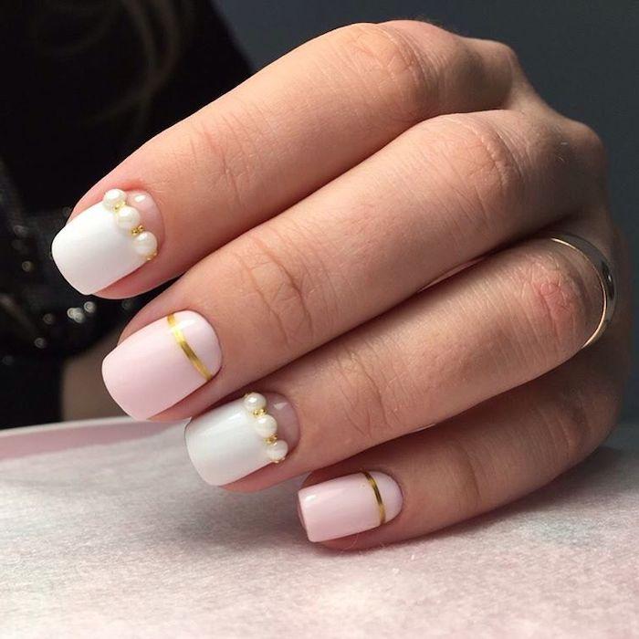 couleur pastel ongle avec des décorations en perles et couelur rose bebe