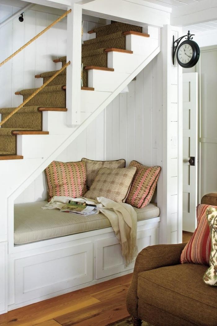 coussins décoratifs aménagement sous escalier quart tournant housse assise beige fauteuil marron