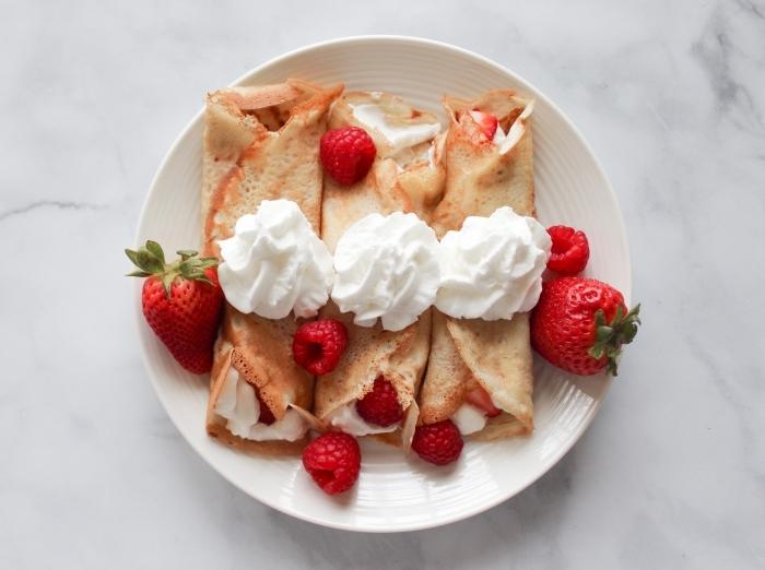 crêpes garniture crème fraîche fruits dessert pique nique framboises et fraises mélange crepes maison