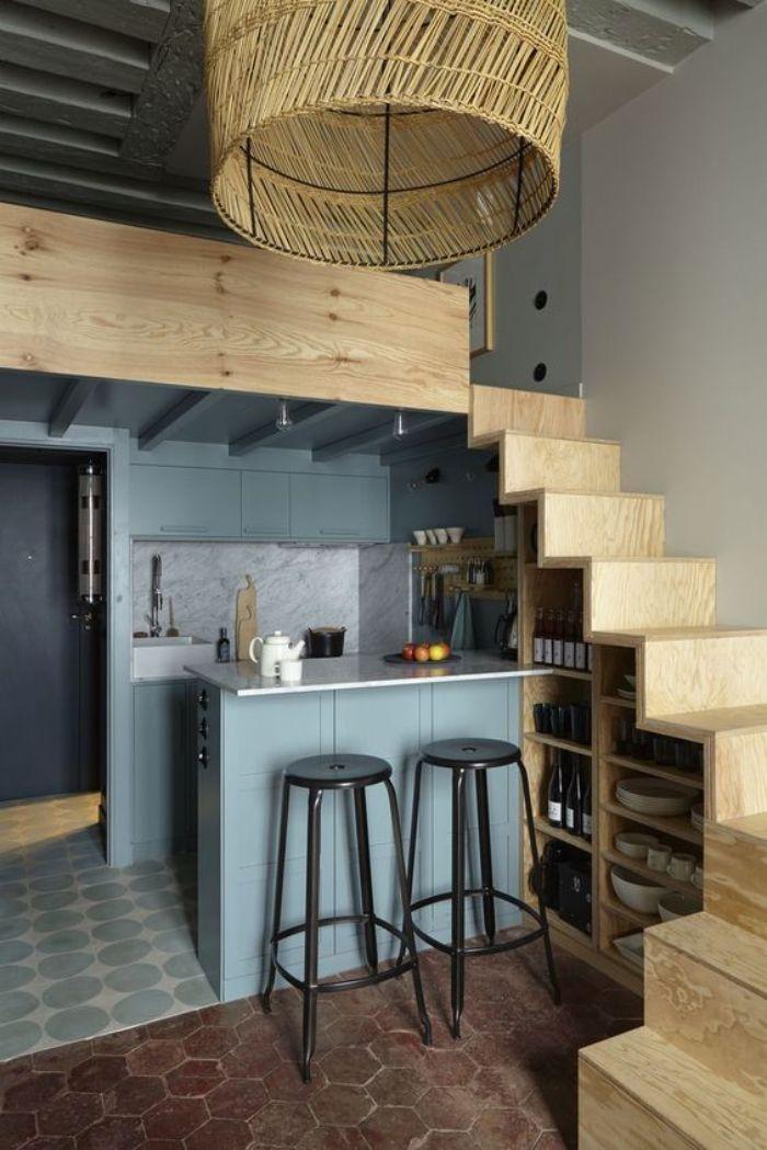 credence effet marbre ilot central et meuble cuisine gris clair escalier pas japonais bois suspension boheme chic