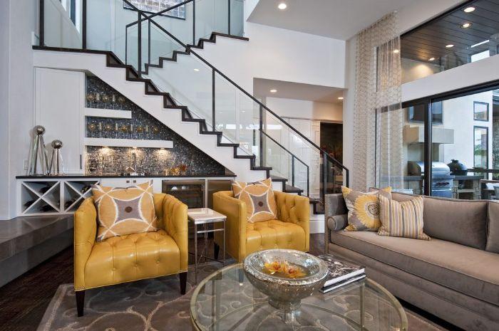 credence triangle carrelage gris meuble cuisine blanc canapé gris fauteuils jaunes deco sous escalier minimaliste
