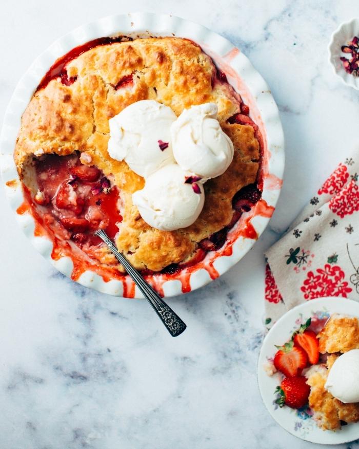 crumble fruits rouges surgelés garniture creme glacée vanille cuillère confiture de baies maison
