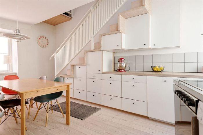 cuisine blanche sous escalier bois plan de travail bois table et chaises dépareillées idée deco sous escalier originale