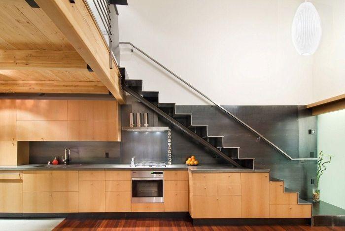 cuisine bois avec plan de travail inox sous escalier avec rambarde de verre parquet bois clair suspension blanche originale